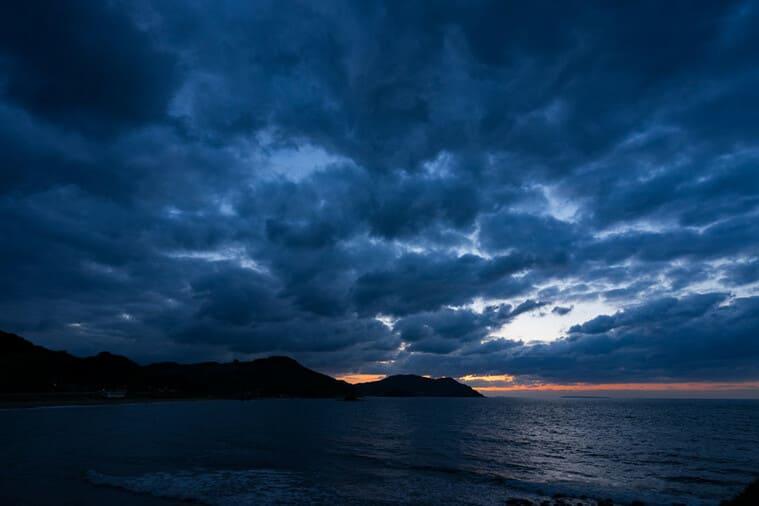 日が沈む空
