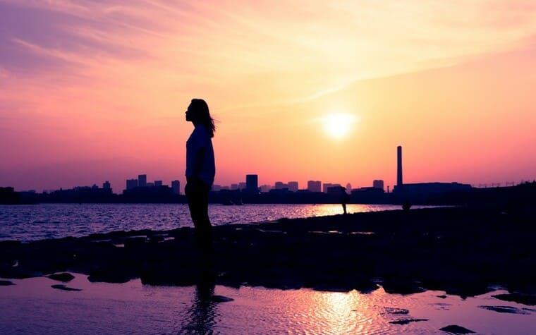 夕焼けと黄昏れる女性のシルエット