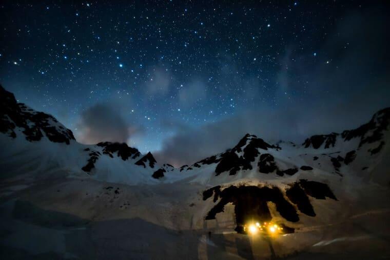 ヒュッテの明かりと美しい星空