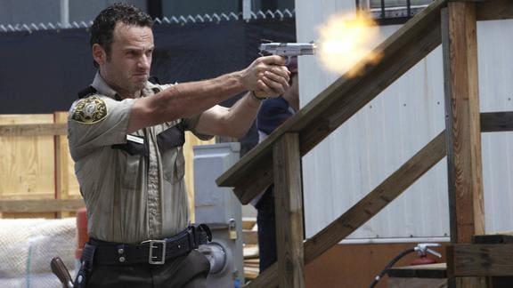 銃を構えて撃つリック