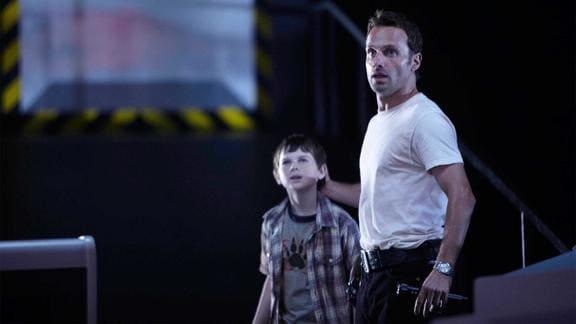 リックと一緒に歩く息子のカール