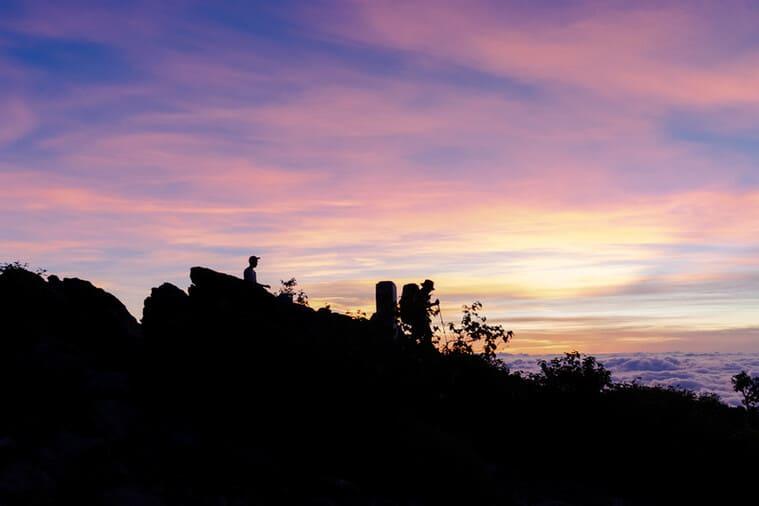 朝日を拝む登山者たち