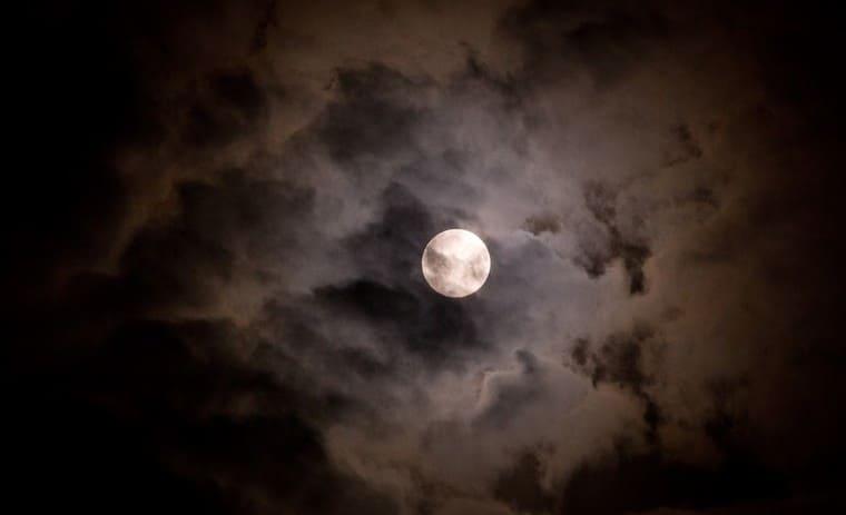 満月と不気味な雲