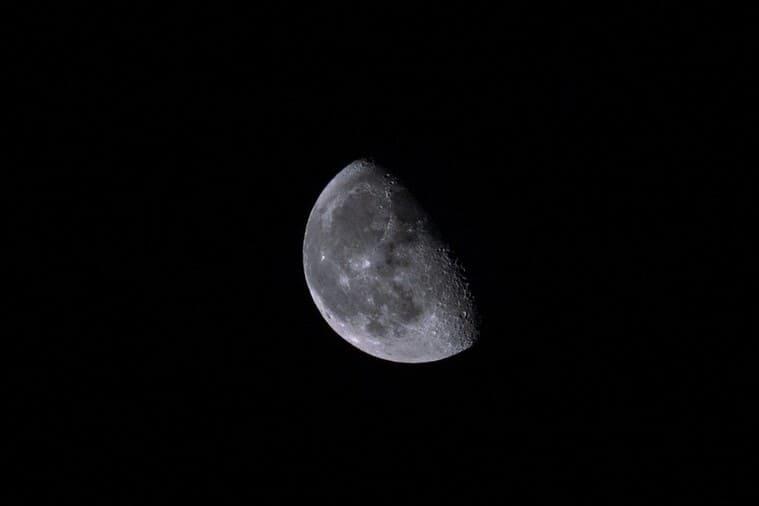 闇夜に浮かぶ半月