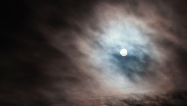 妖しげな朧月