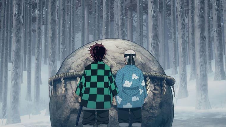 アニメ『鬼滅の刃』岩の前に立つ炭治朗と鱗滝師匠