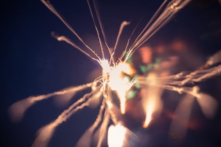 暗闇の中の小さな火花