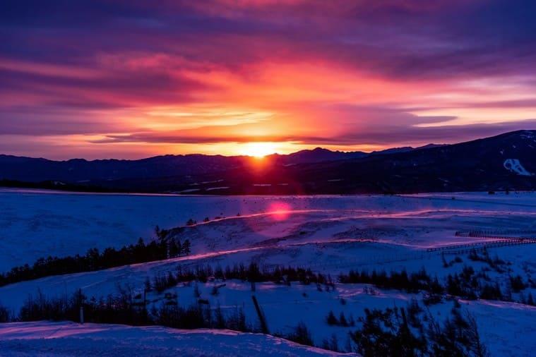 沈む夕日と大雪原