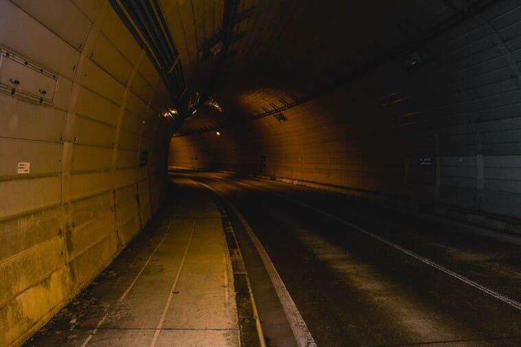 先の見えないトンネル