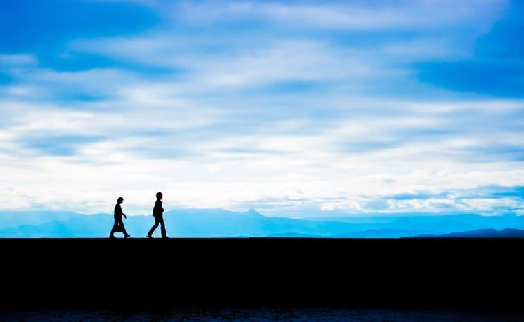 歩くふたりのシルエット