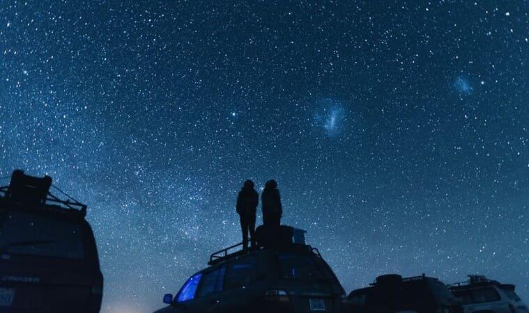 美しい星空の下のふたり