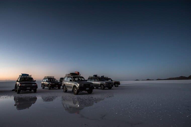 ウユニ塩湖と車