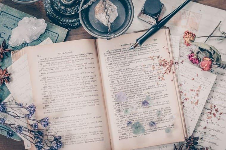 洋書が置かれた魔女の机