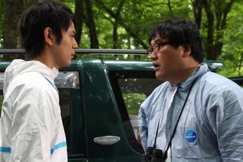 映画『感染列島』松岡と話すフリーウイルス研究者の鈴木