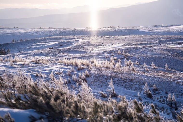 冬の高原とサンピラー(太陽柱)