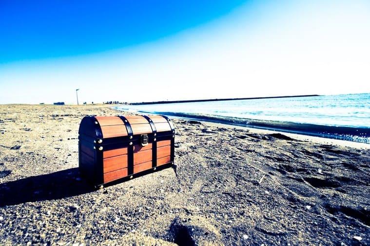 海辺に置いてある宝箱