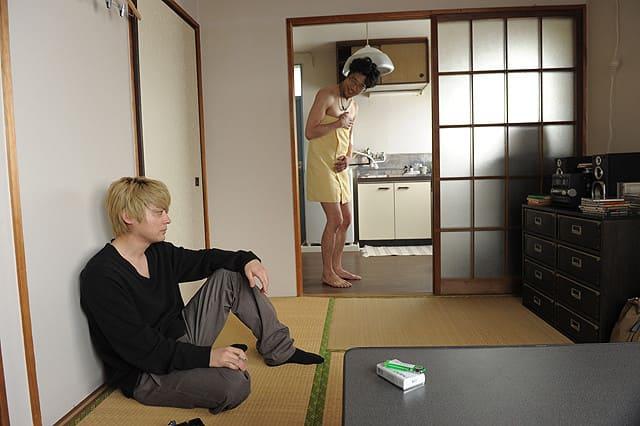 映画『俺はまだ本気出してないだけ』風呂上りのシズオと市野沢