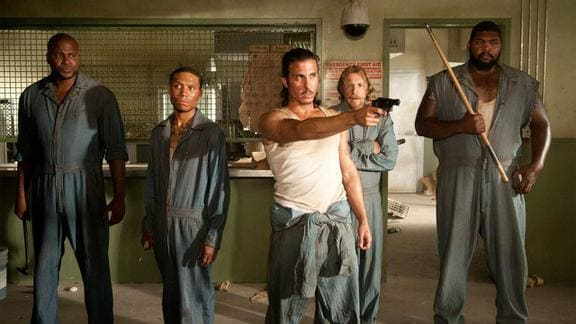 『ウォーキング・デッド』シーズン3 銃を構える囚人たち
