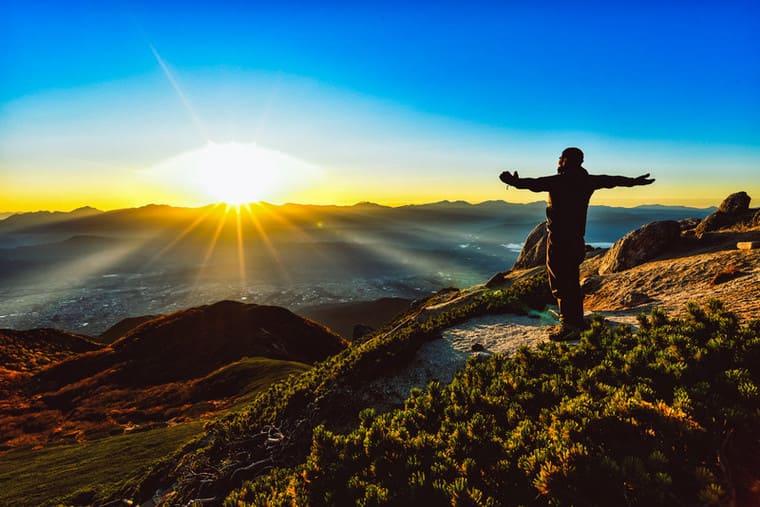 朝日を全身に浴びる登山者