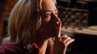 映画『クワイエット・プレイス』静かにのポーズをするエヴリン