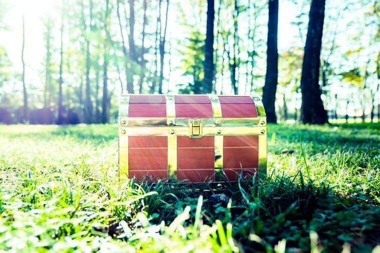 森の中で神々しい宝箱