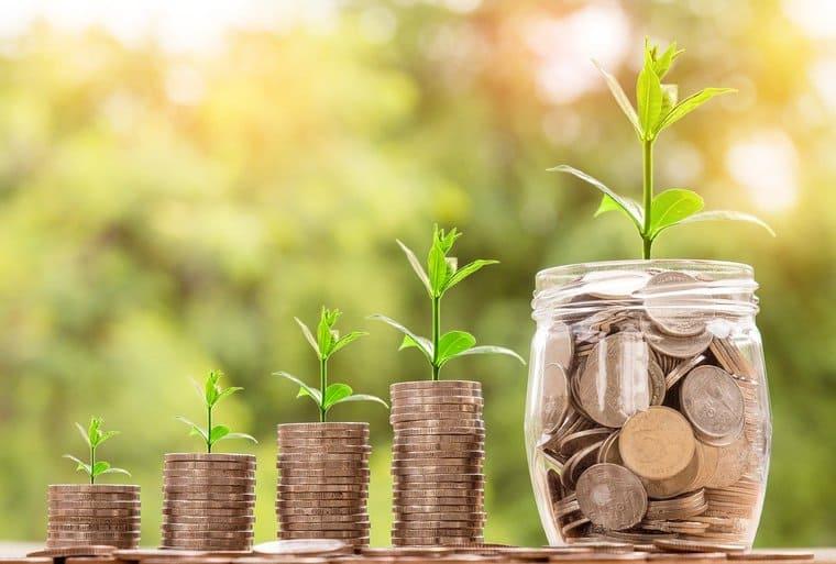 コインが重なる「お金」のイメージ画像