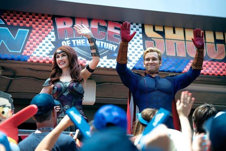 『ザ・ボーイズ』民衆に手を振るホームランダーとメイヴ