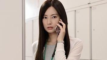 映画『スマホを落としただけなのに』電話をかける麻美