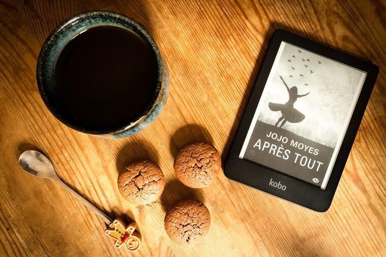 机の上のコーヒーとタブレット