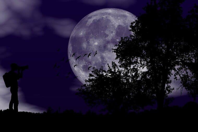 暗闇の中の満月