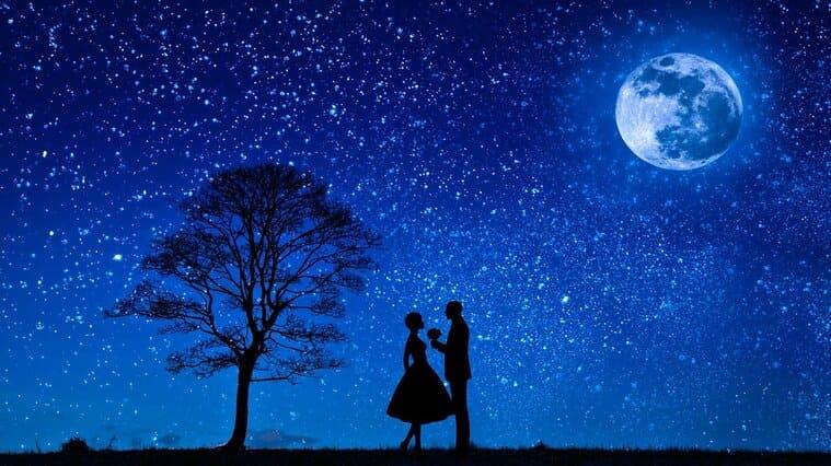 美しい星空とカップルのシルエット