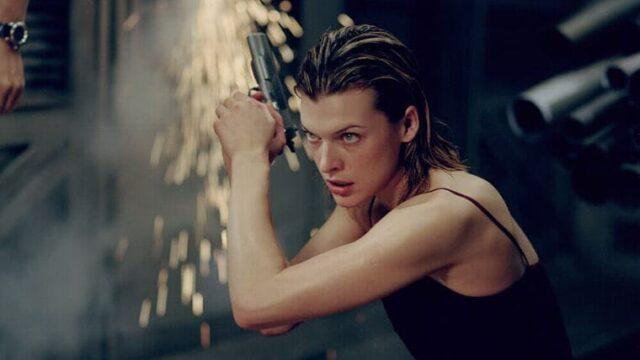 映画『バイオハザード』銃を構えるアリス