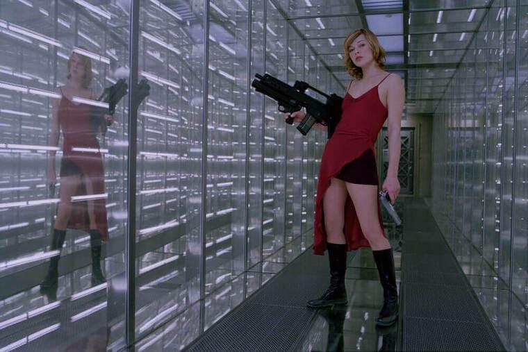 映画『バイオハザード』銃を持ったアリス