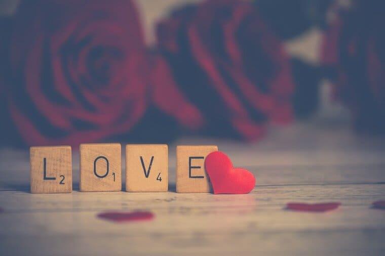 LOVEの文字とバラの背景